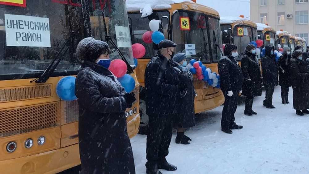 В Брянске передали сельским школам 27 автобусов