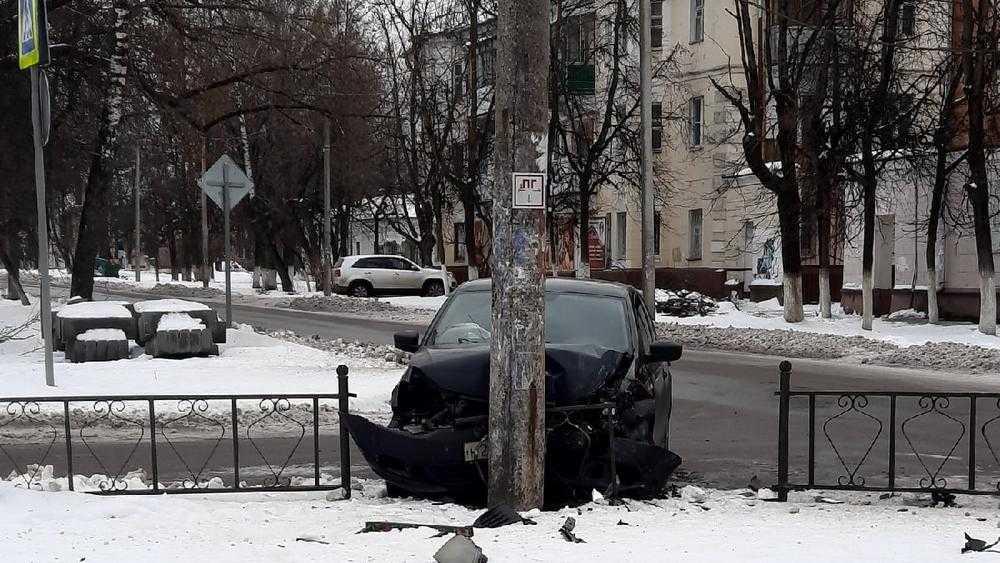 В Брянске на перекрестке возле БГТУ водитель врезался в столб