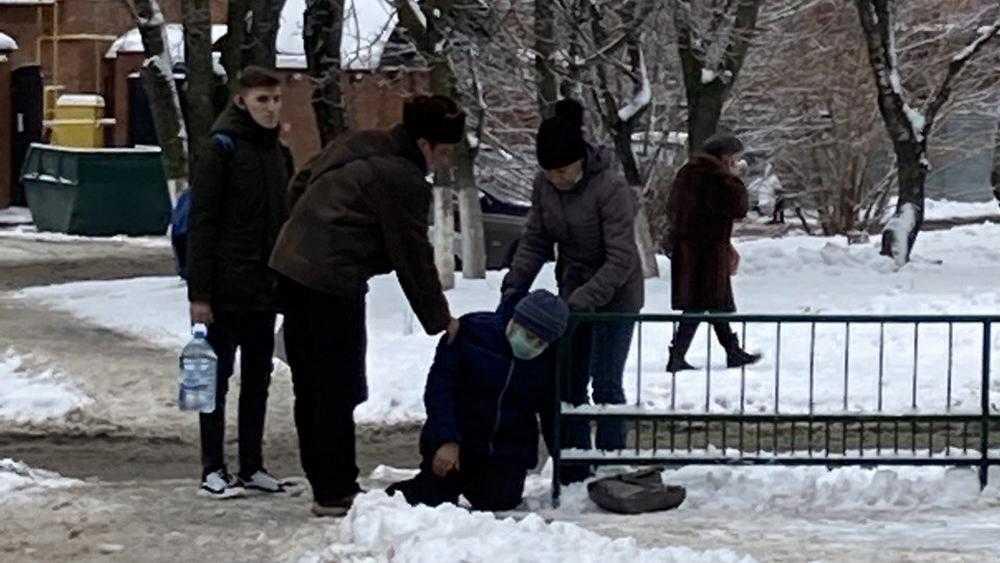 В Брянске на улице стало дурно женщине с защитной маской