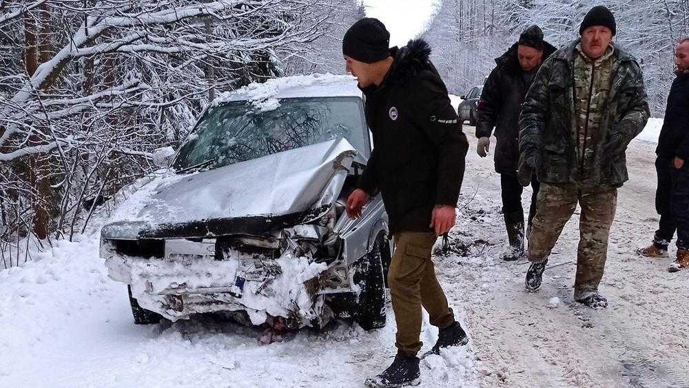 Под брянским поселком автомобиль слетел с заснеженной трассы