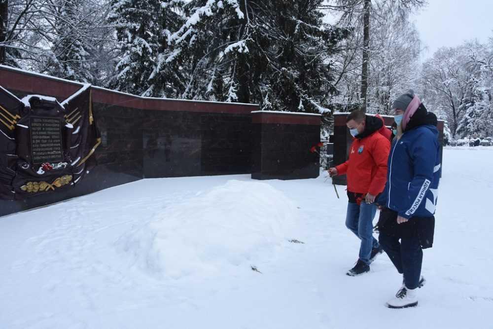 Волонтеры «Единой России» почтили память защитников Отечества