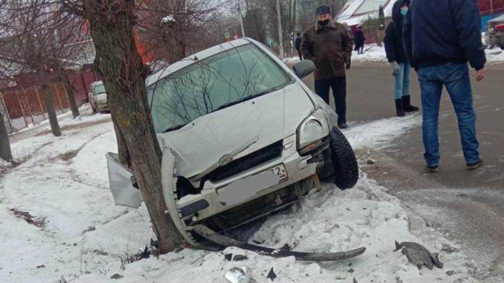 В Брянске возле остановки легковушка протаранила дерево