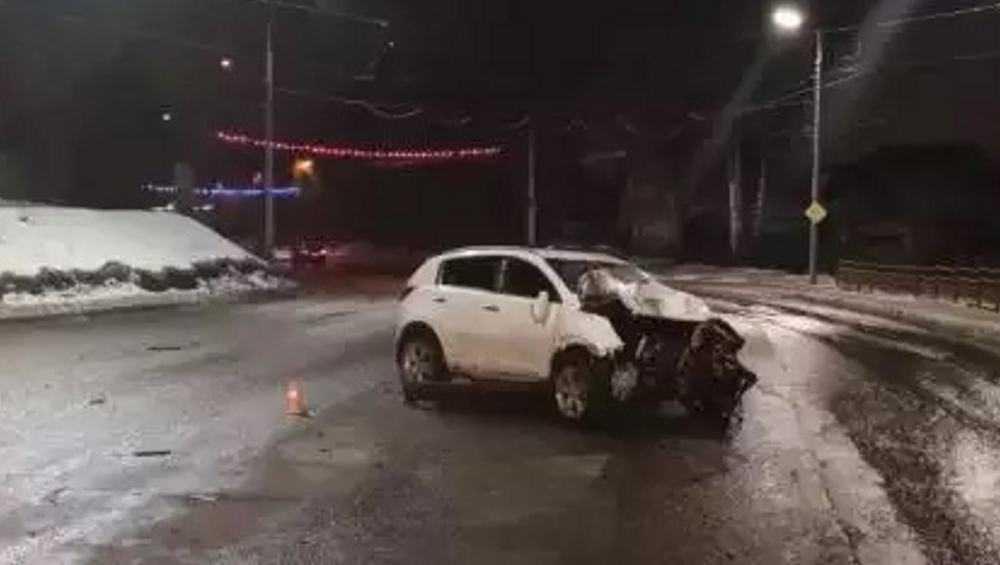 В Брянске автомобилистка врезалась в столб и покалечила двоих парней