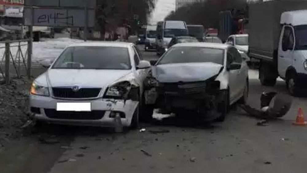 В Брянске при столкновении двух легковушек пострадал один из водителей