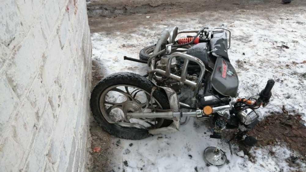 Под Новозыбковом погиб врезавшийся в остановку 18-летний мопедист