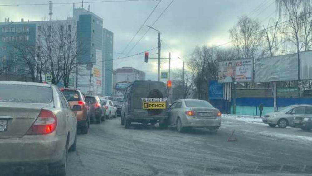 В Брянске возле стальзавода столкнулись легковушка и микроавтобус