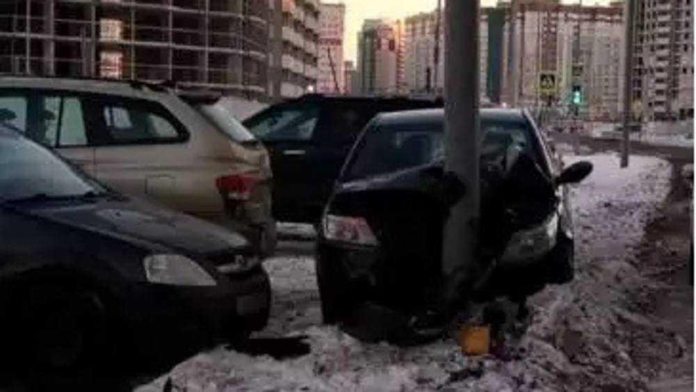 В Брянске молодой водитель протаранил две стоявшие легковушки и столб
