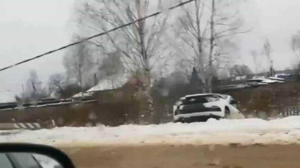 В Унече Брянской области разбилась врезавшаяся в столб легковушка