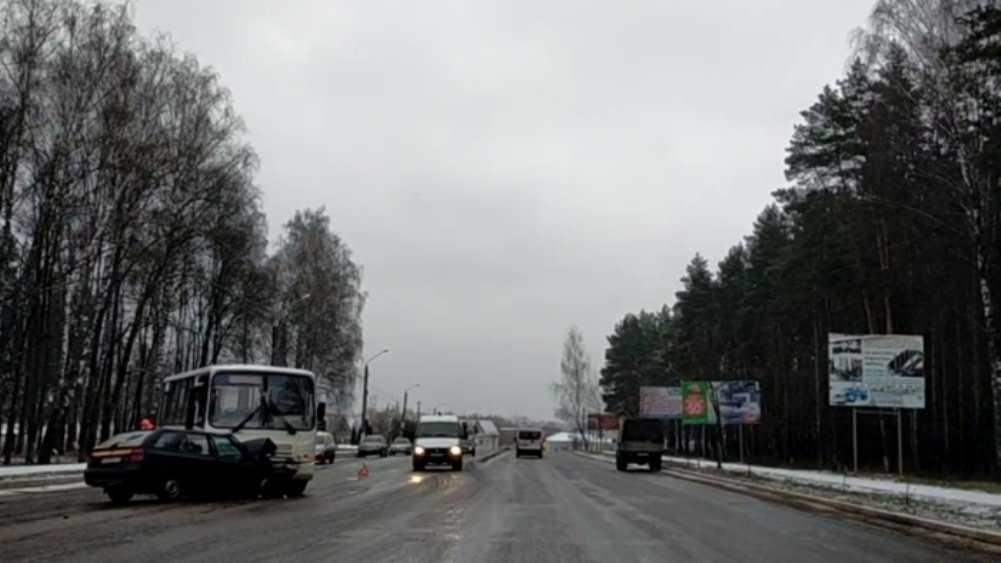 В Клинцах Брянской области столкнулись легковушка и автобус