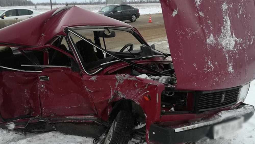 Под Брянском на смоленской трассе столкнулись три автомобиля