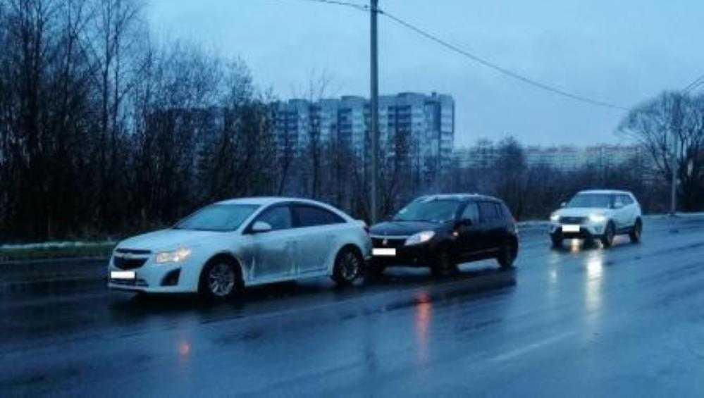 В Брянске в ДТП с 3 легковушками на улице Флотской пострадала женщина