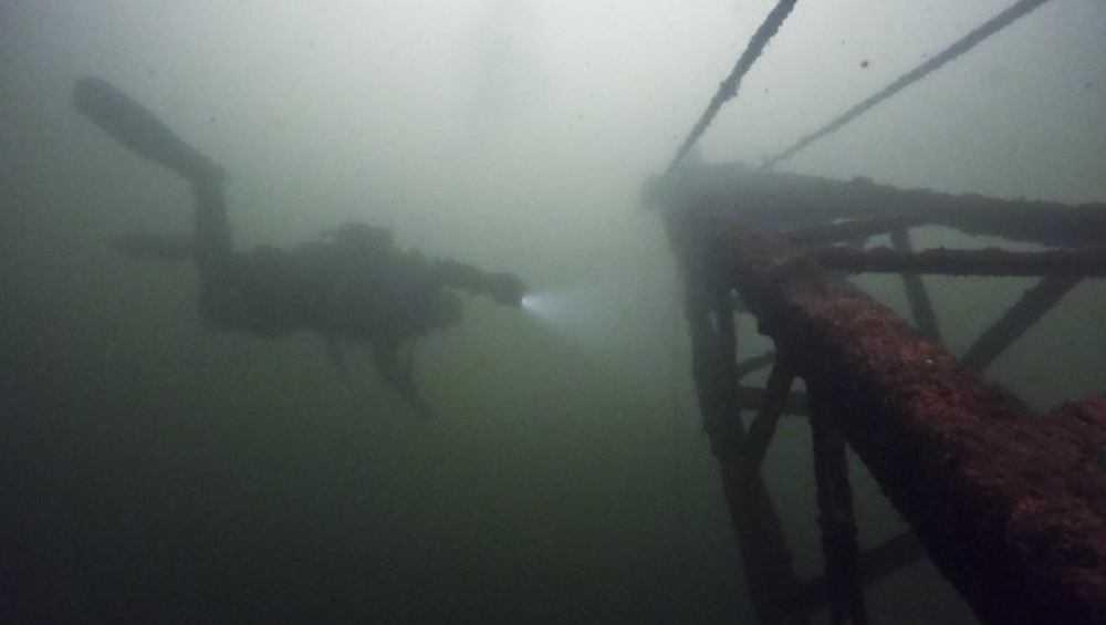 Брянские дайверы отыскали затопленный экскаватор в Голубом карьере