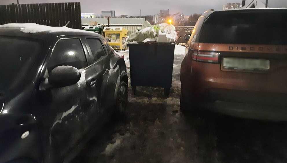 В Брянске водители стали парковаться у мусорных контейнеров