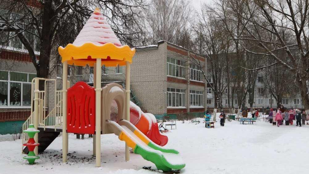 В 12 детсадах Брянска установили новые игровые площадки