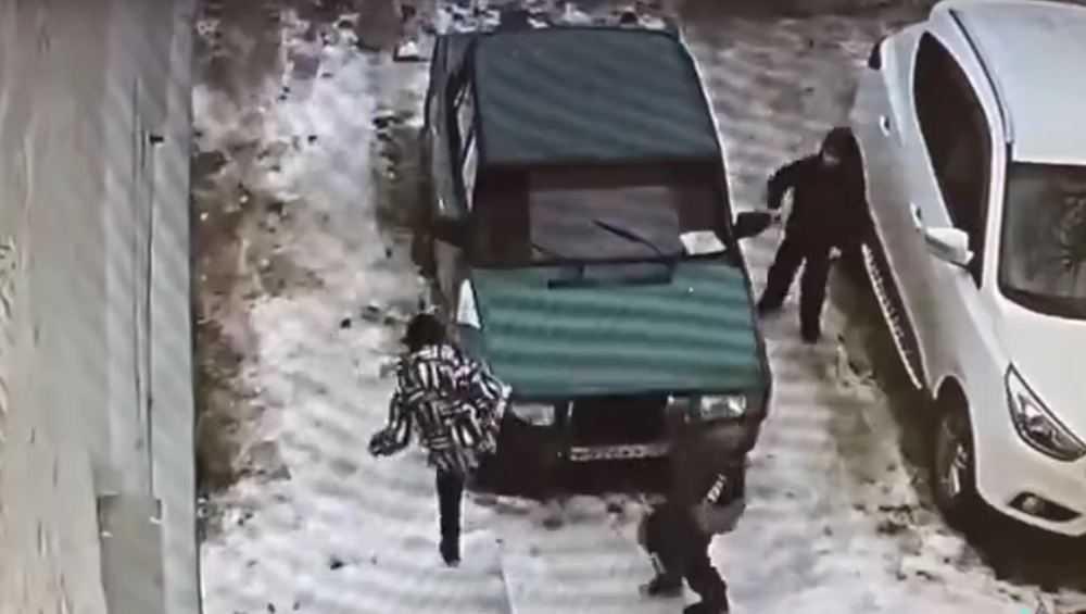 В Брянске школьники разбили припаркованный автомобиль