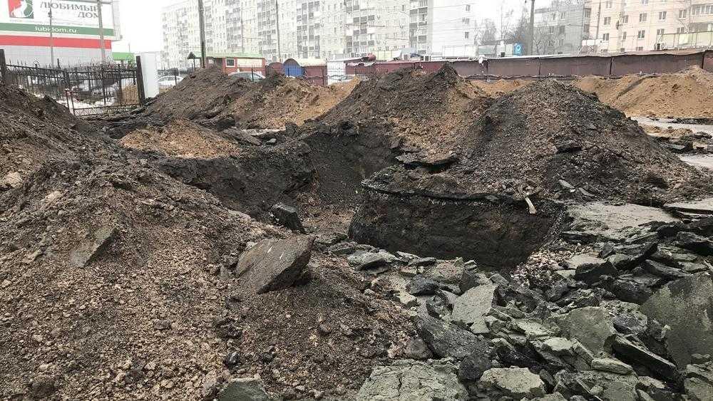 В Брянске после загадочного сноса мойки на стоянке стали строить нечто