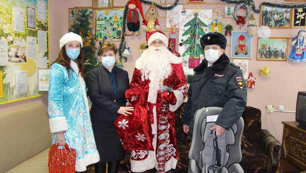 «Полицейский Дед Мороз» пришел с подарками к детишкам