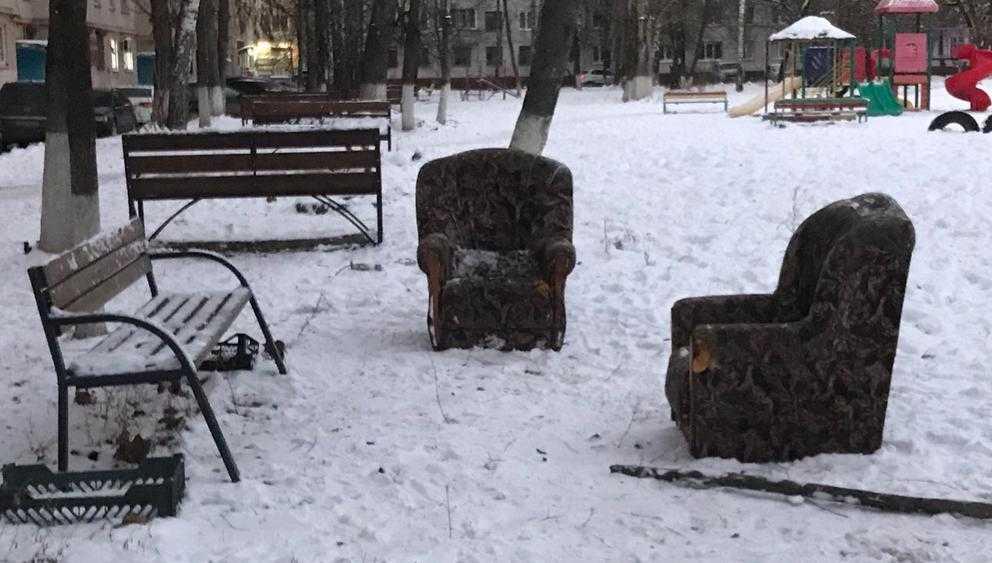 Во дворах Брянска скамейки стали заменять мягкими креслами