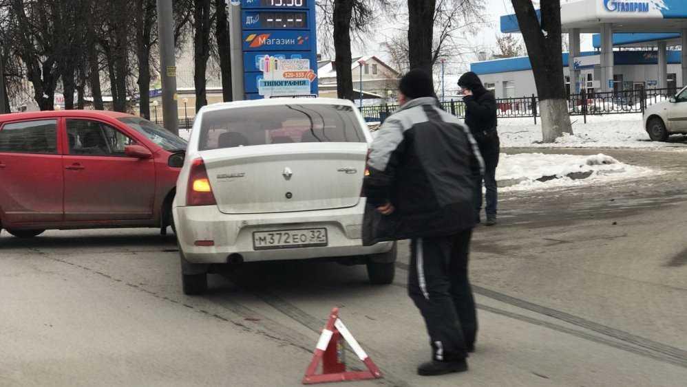 В Брянске у «Таксопарка» столкнулись две легковушки