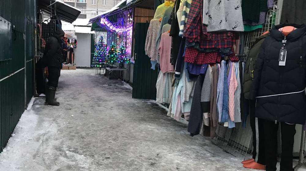 В Брянске тоскующие продавцы рынков отчаялись дождаться покупателей