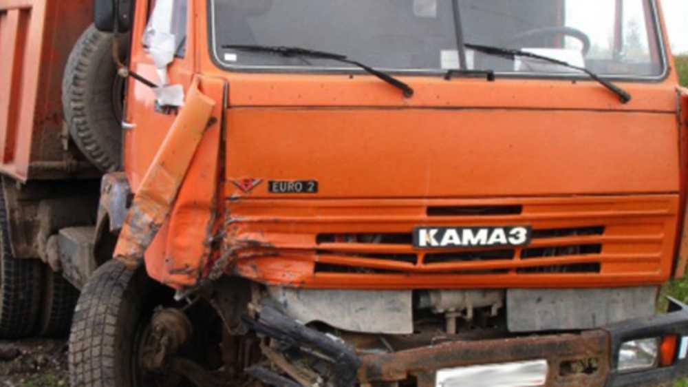 В Почепе Брянской области КАМАЗ протаранил ВАЗ и иномарку
