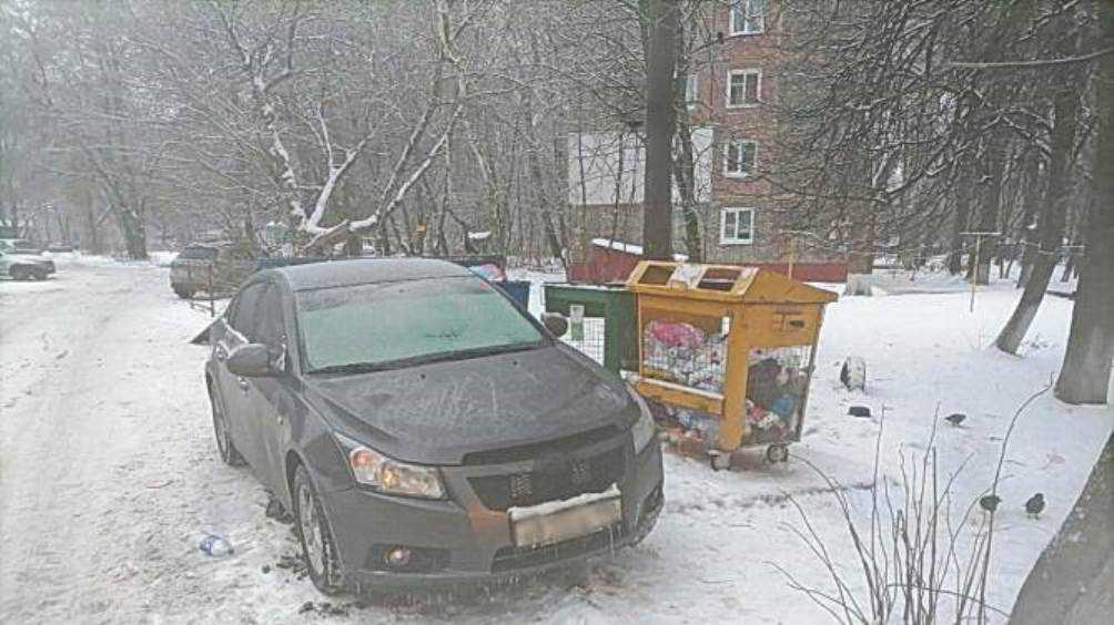 В Брянске автохам перекрыл мусоровозу путь к контейнерной площадке
