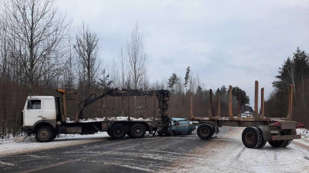 Стали известны подробности гибели водителя попавшего под лесовоз ВАЗ