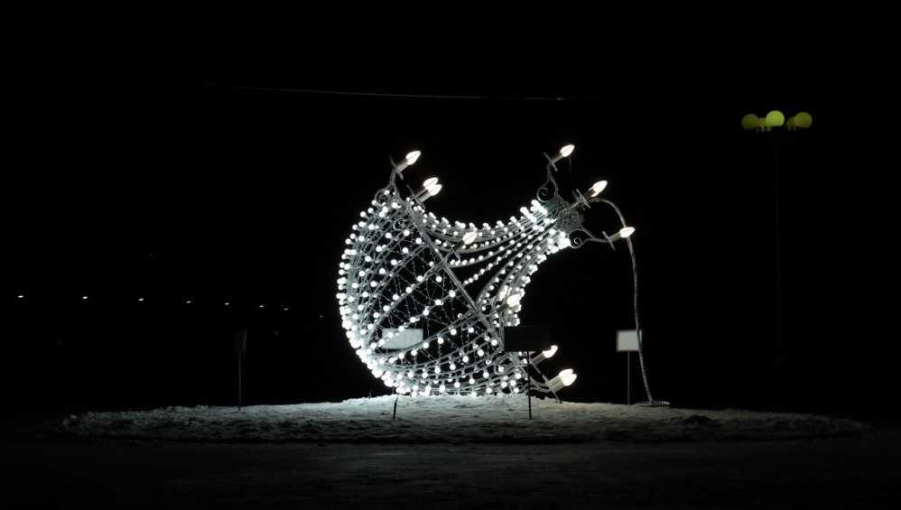 В Брянске площадь возле цирка осветила новогодняя люстра