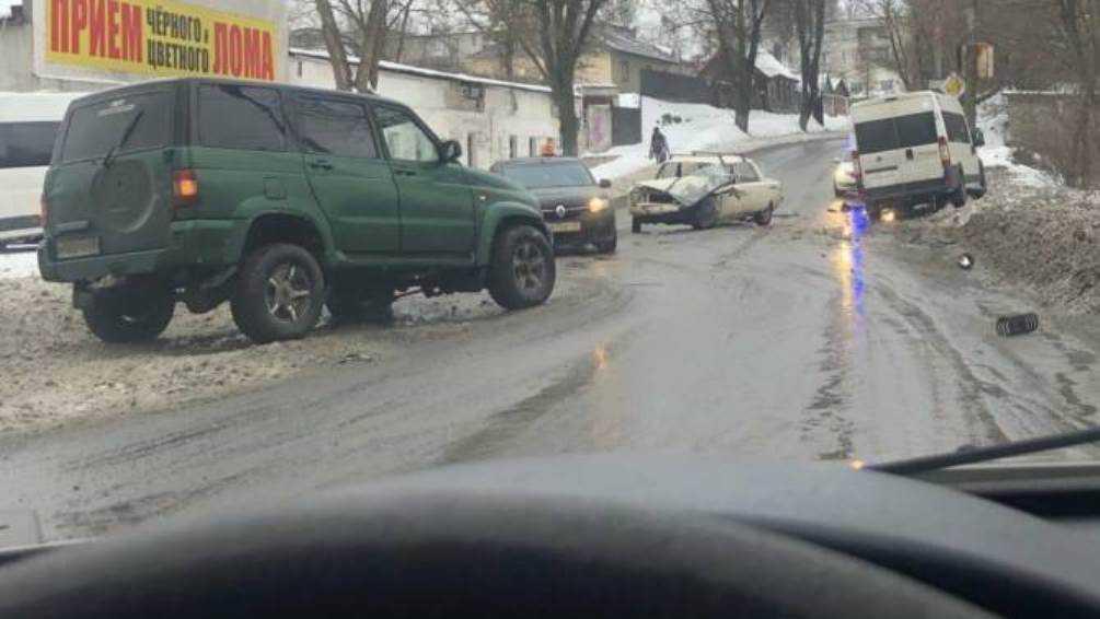 В Брянске на улице Урицкого произошло массовое ДТП с маршруткой