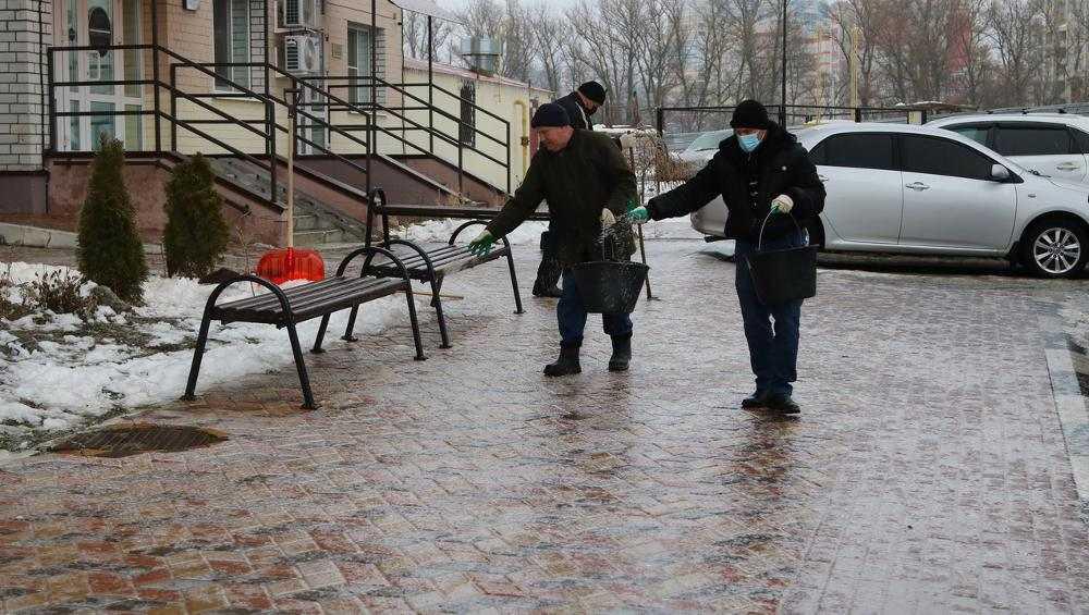 В Брянске на борьбу с гололедом вышли 150 человек