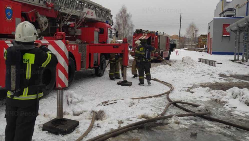В Брянске потушили горевшую пристройку к зданию на улице Щорса