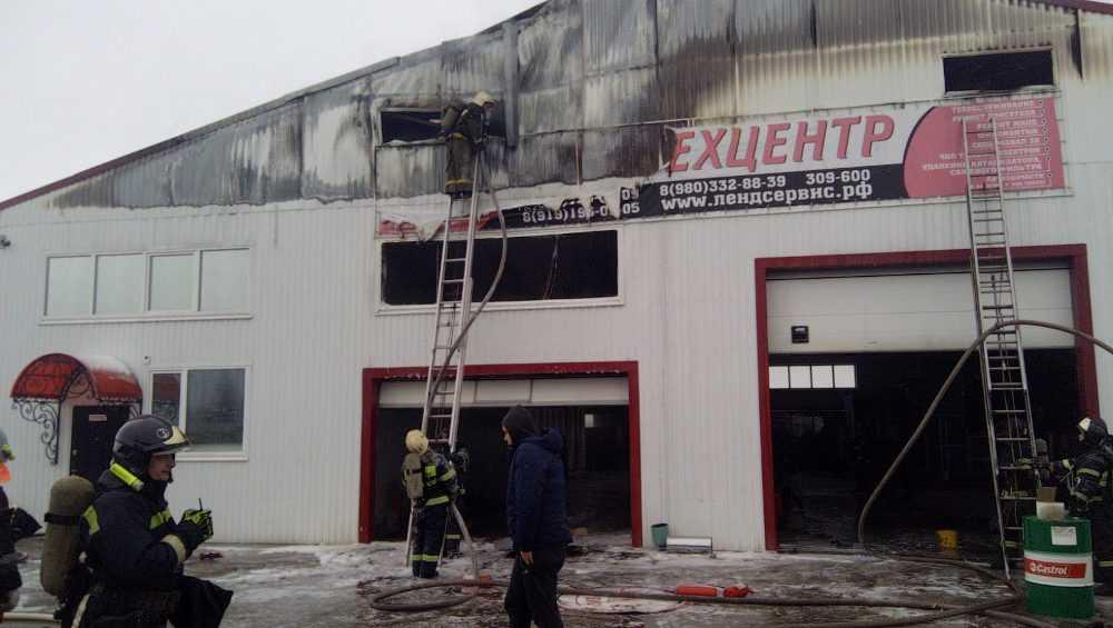 Под Брянском загорелось здание автосервиса