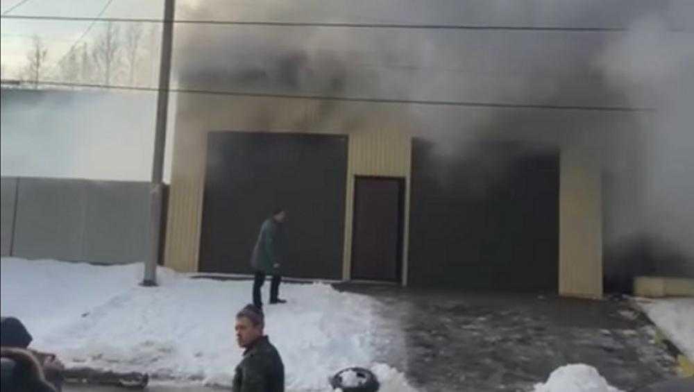 В Брянске сняли видео горевшей автомойки
