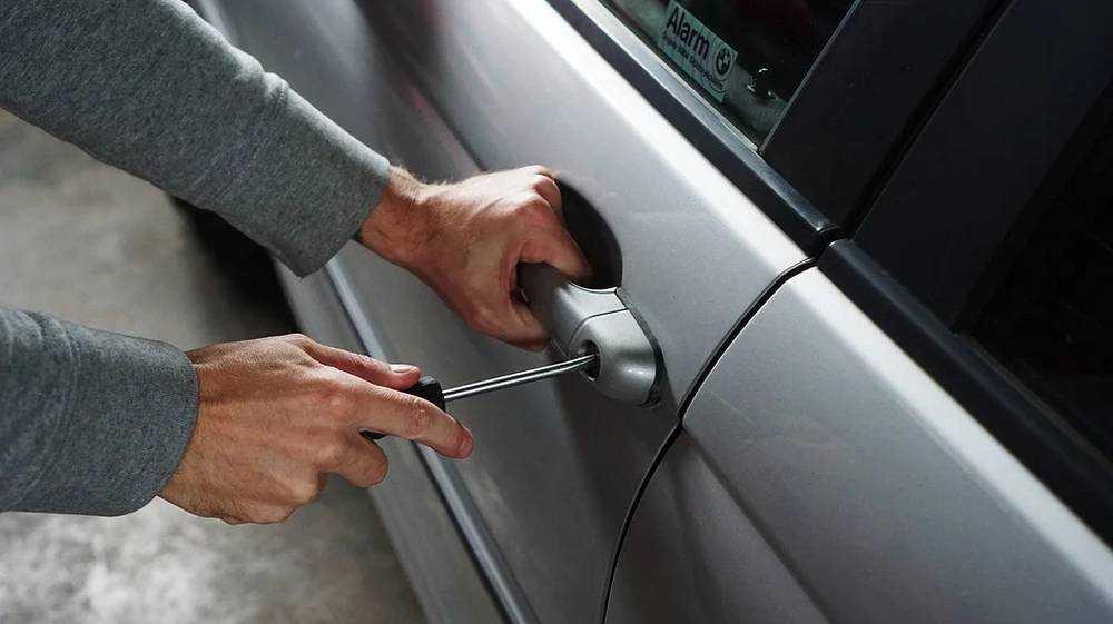 Молодого брянца осудят за кражу из припаркованного автомобиля