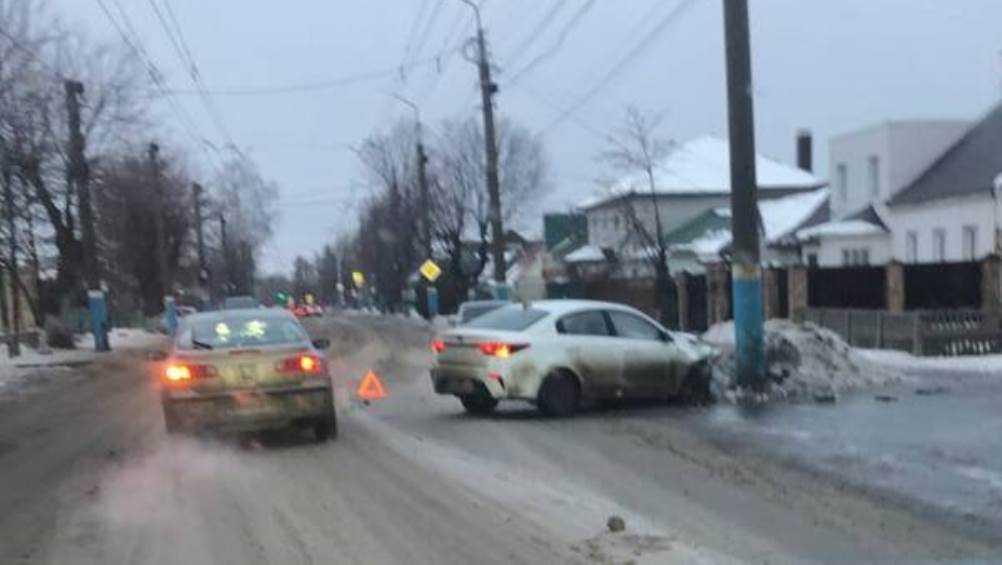 В Брянске возле школы № 20 легковушка врезалась в столб