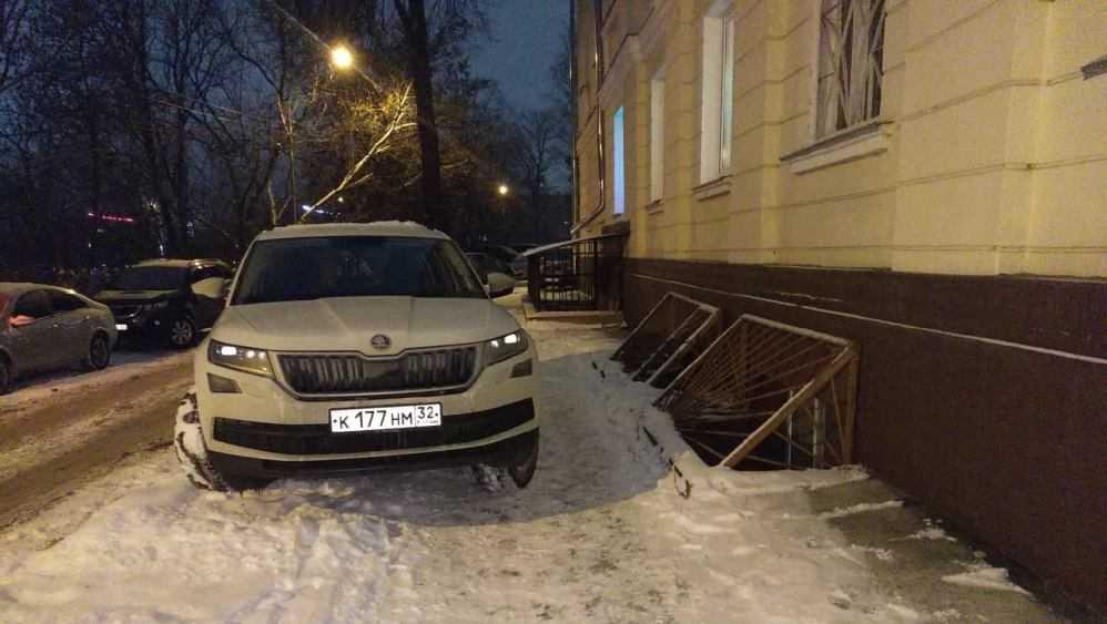 Жители Брянска сдали полиции перекрывшего тротуар автомобилиста