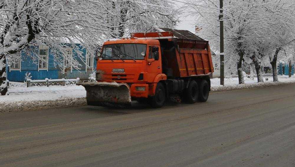 На улицы Брянска после снегопада вывели 72 единицы уборочной техники