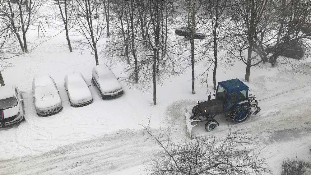 Во дворы Брянска пришла снегоуборочная техника