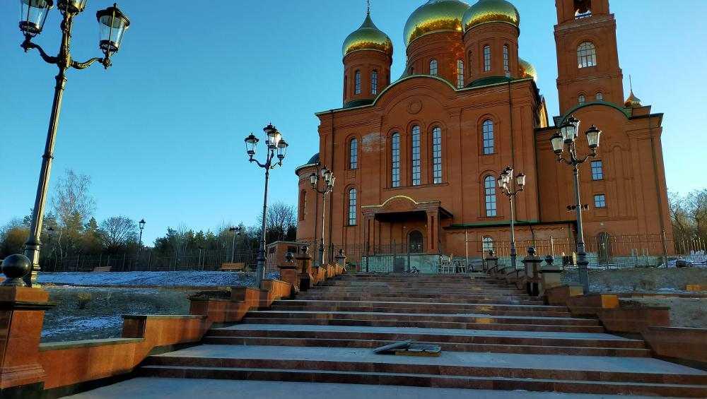В Клинцах построили эффектную гранитную лестницу к кафедральному собору
