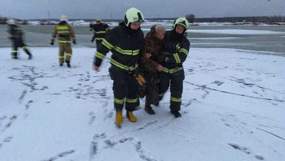 В Брянске на озере Орлик спасли провалившегося под лед мужчину