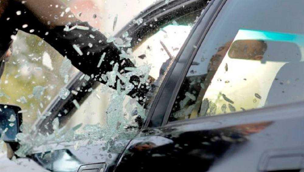 Пьяный брянец разбил битой стекла в такси