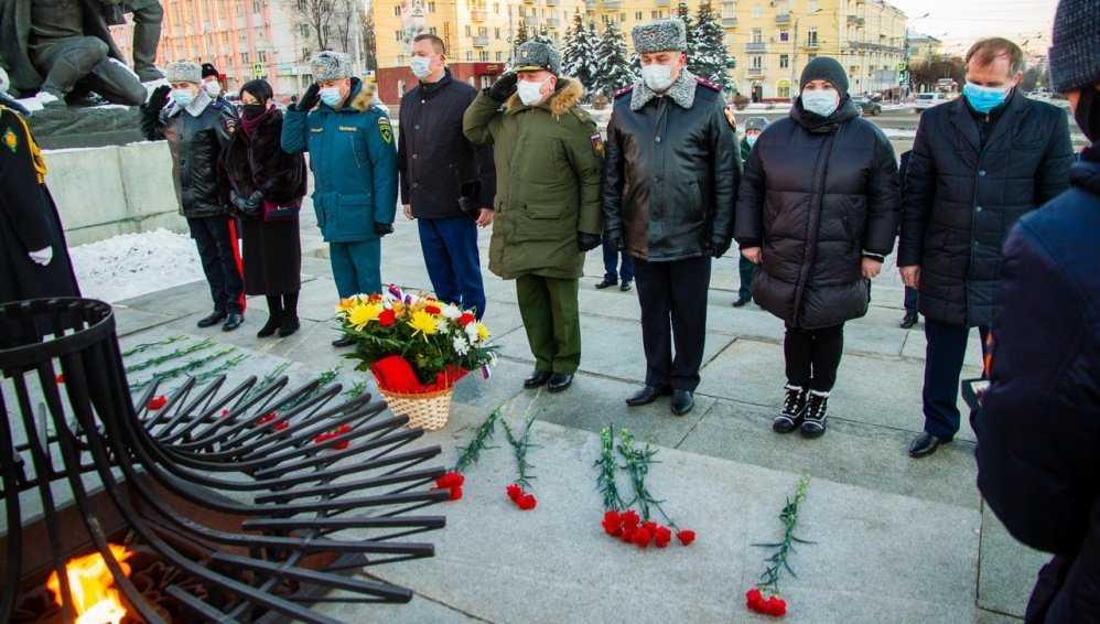 В Брянске губернатор и градоначальники возложили цветы к Вечному огню