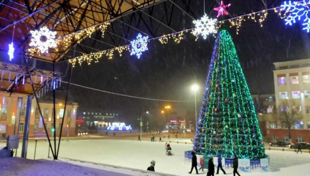 В Клинцах Брянской области нарядили и зажгли главную городскую ёлку