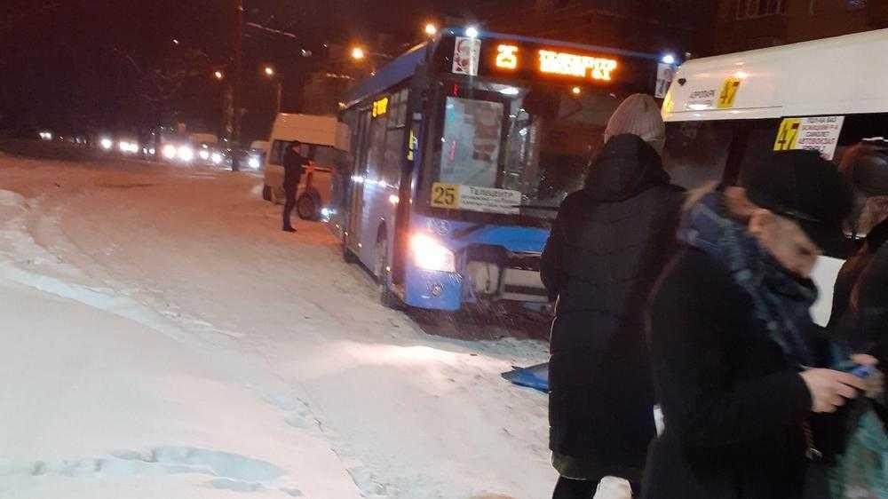 В Брянске возле стальзавода столкнулись маршрутка и автобус