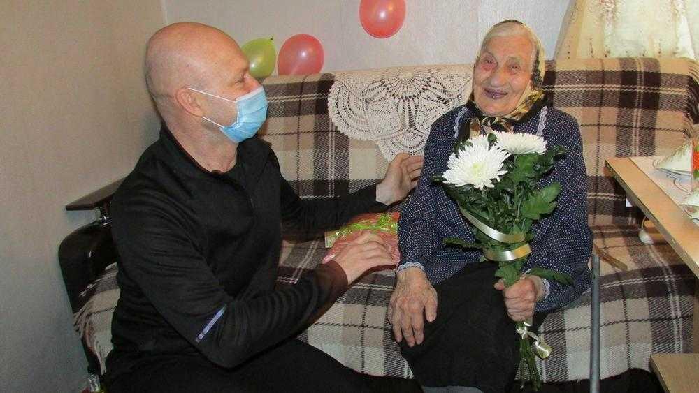 Александр Коробко поздравил с 95-летием жительницу Локтя