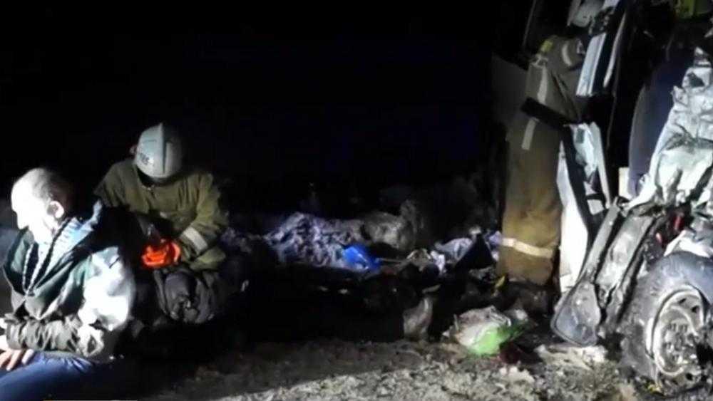 Десять человек погибли при столкновении автобуса и грузовика