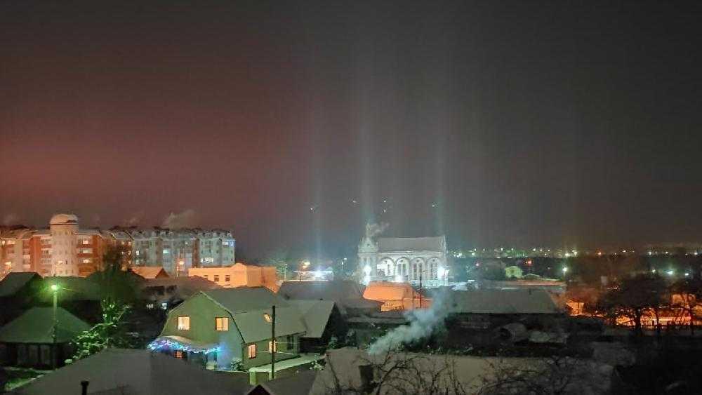 Световые столбы появились в небе над Брянском