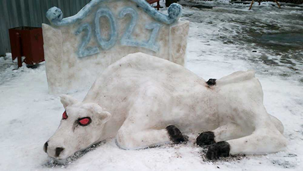 Брянские осужденные вылепили из снега быка с красными глазами