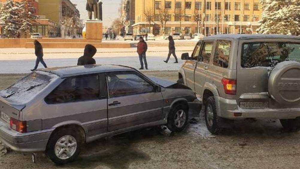 В Брянске возле площади Ленина столкнулись два автомобиля
