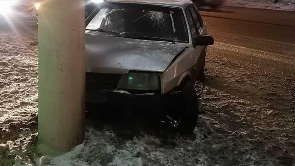 В Карачеве молодой водитель увернулся от «Тойоты» и врезался в столб